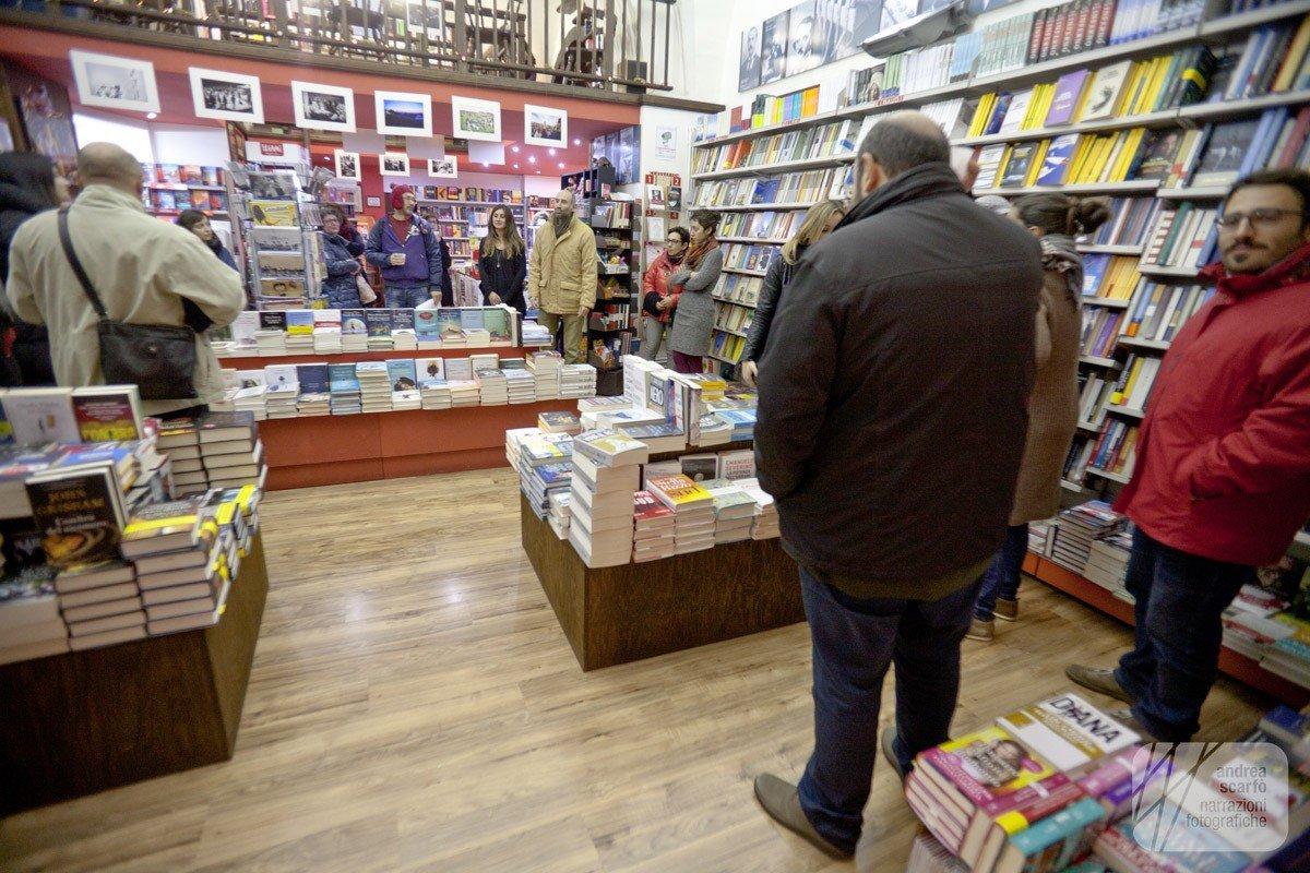 Libreria Mondadori Modica – inaugurazione mostra La R'esistenza NO MUOS ai tempi di Babbo Natale