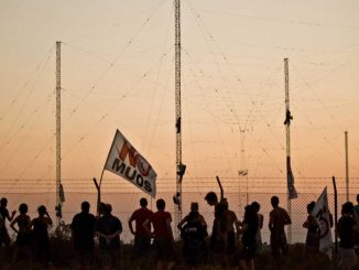 Attivisti no muos arrampicati sulle antenne