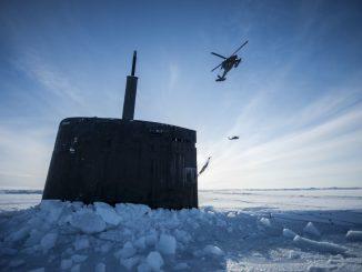 nella foto un sottomarino militare Usa tra i ghiacci dell'artico.